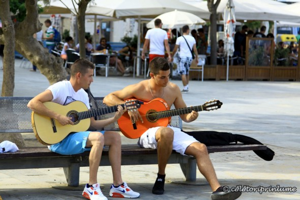 Barcelona Beach - playing the guitar